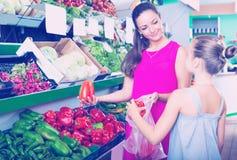 Kobieta i dziewczyna bierze paprykę Zdjęcia Stock