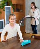 Kobieta i dziewczyna czyści w domu Fotografia Royalty Free
