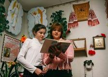 Kobieta i dziewczyna czyta biblię Zdjęcia Stock