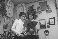 Kobieta i dziewczyna czyta biblię Obrazy Royalty Free