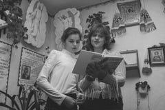 Kobieta i dziewczyna czyta biblię Obraz Stock