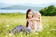 Kobieta i dziewczyna w polu zdjęcia royalty free