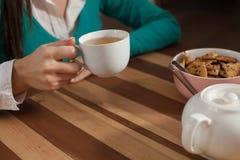 Kobieta i filiżanki od kawa Obrazy Stock