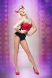 Kobieta iść iść tancerz dziewczyna jest ubranym diabłów rogi Zdjęcie Stock