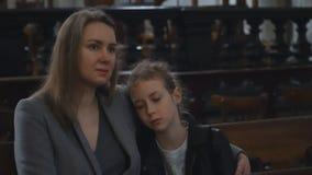 Kobieta i jej córka w kościele zbiory
