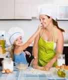 Kobieta i jej mała pomocnicza ugniata pasta Fotografia Royalty Free