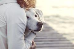 Kobieta i jej pies wpólnie outdoors Zdjęcia Royalty Free