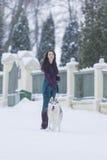 Kobieta i Jej Uroczy husky pies Bierze przespacerowanie Wpólnie Outside zdjęcia royalty free