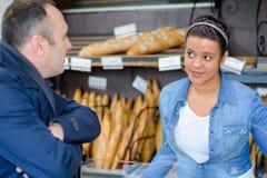 Kobieta i klient przy piekarnią obrazy stock