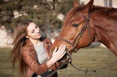Kobieta i koń zamknięty portret Obrazy Royalty Free