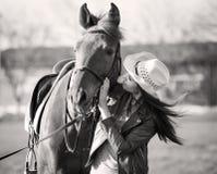 Kobieta i koń zamknięty portret czarny white Obrazy Royalty Free