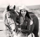 Kobieta i koń zamknięty portret czarny white Obraz Stock