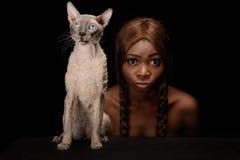 Kobieta i kot z to samo stawiamy czoło Obraz Royalty Free