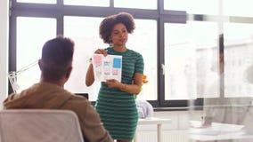 Kobieta i kreatywnie drużyna przy biurową prezentacją zbiory wideo