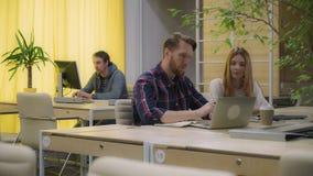Kobieta i mężczyzna dyskutuje rozwój biznesu, otwartej przestrzeni biuro obraz stock