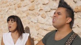 Kobieta i mężczyzna śpiewamy piosenkę z gitarą zdjęcie wideo