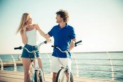 Kobieta i mężczyzna na bicyklu flirtuje outdoors zdjęcie royalty free