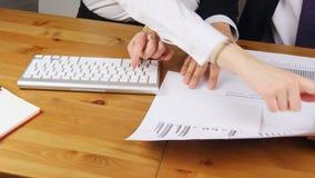 Kobieta i mężczyzna pracuje w biurze pisać na maszynie na klawiaturze zdjęcie wideo
