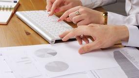Kobieta i mężczyzna pracuje w biurze pisać na maszynie na klawiaturze zbiory