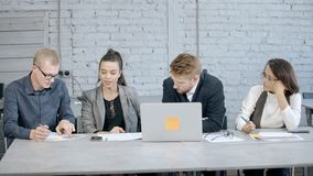 Kobieta i mężczyzna robi brainstorming planowaniu i badaniu nowy str zbiory wideo