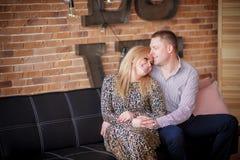 Kobieta i mężczyzna siedzimy na leżance zdjęcia stock