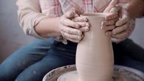 Kobieta i mężczyzna tworzymy i kształtująca glina w sposobie bardzo uroczym i romantycznym zbiory