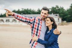 Kobieta i mężczyzna w miasteczku Obraz Royalty Free