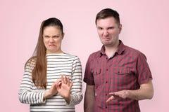 Kobieta i mężczyzna zaprzecza, odrzucający propozycję, odmawia złą dylową ofertę obraz royalty free