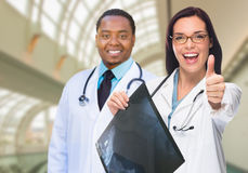 Kobieta i Męskie lekarki w Hospit Kaukaskie i amerykanin afrykańskiego pochodzenia Obrazy Royalty Free
