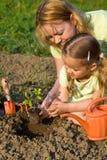 Kobieta i mała dziewczynka w ogródzie zdjęcia stock