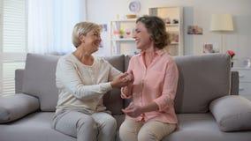 Kobieta i matka chrzestna śmia się wpólnie trzymający rękę, rodzinna komunikacja, zabawa zdjęcie wideo