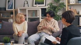 Kobieta i nastolatek dyskutuje macierzystego syna związek z żeńskim terapeutą zdjęcie wideo