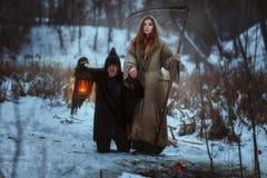 Kobieta i okropny karzeł zdjęcie royalty free