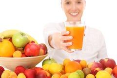 Kobieta i owocowy sok Zdjęcia Royalty Free