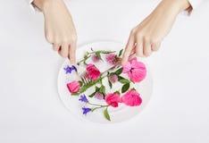 Kobieta i piękna wiosna kwitniemy w talerzu, rękach i skóry opiece, naturalny kosmetyk, lato kwiatu ekstrakt Starzenie się kosmet obrazy royalty free