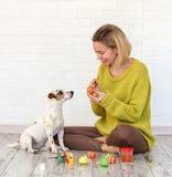 Kobieta i pies barwimy Wielkanocnych jajka zdjęcie stock