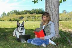 Kobieta i pies Używać komputer Fotografia Stock