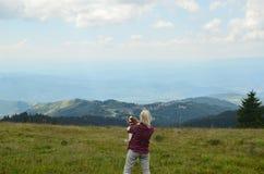 Kobieta i pies w górach zdjęcia stock