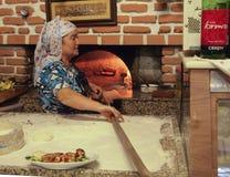 Kobieta i pizza w Turcja Fotografia Royalty Free