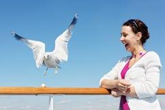 Kobieta i seagull na pokładzie statek. zdjęcia royalty free