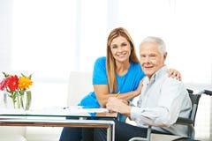 Kobieta i starszy mężczyzna podsadzkowi out tworzymy obrazy royalty free
