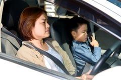 Kobieta i syn w samochodzie zdjęcia royalty free