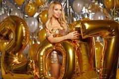 kobieta i Szczęśliwi 2017 złociści nowy rok balonów Zdjęcia Stock