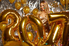 kobieta i Szczęśliwi 2017 złociści nowy rok balonów Zdjęcie Royalty Free
