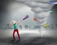Kobieta i zakupy tornado Fotografia Stock