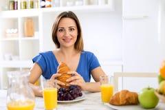 Kobieta i zdrowy śniadanie domowi ah Fotografia Royalty Free