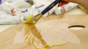 Kobieta impregnuje paletę dla nafcianych farb Artysta przygotowywa sztalugę dla rysować Piękny olej dla impregnaci zdjęcie wideo