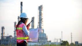Kobieta inżynier przy elektrownią, Zdjęcia Royalty Free