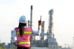 Kobieta inżynier przy elektrownią, Zdjęcia Stock