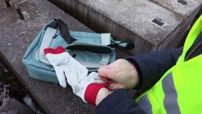 Kobieta inżynier z zimnymi rękami bierze ochronne rękawiczki zbiory wideo